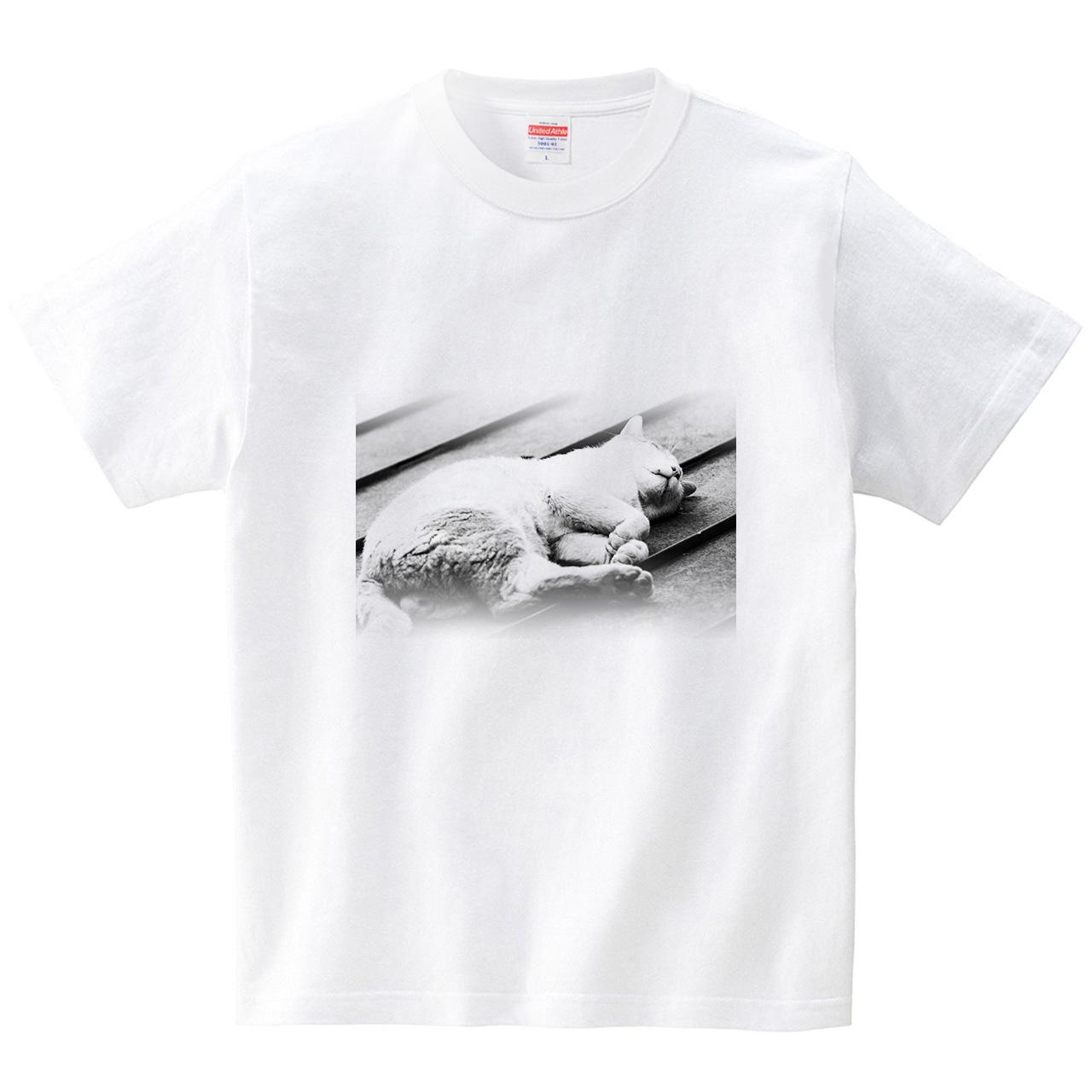 寝にゃんこ(Tシャツ・ホワイト)(hiroshi nomura)